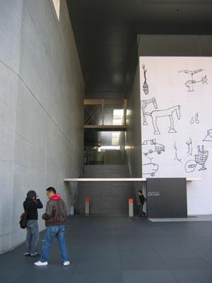 丸亀猪熊源一郎現代美術館階段を見る