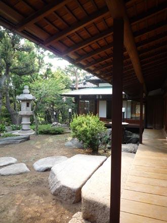 旧朝倉邸濡れ縁から庭を見る