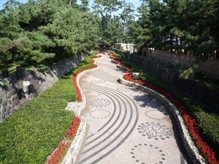 中央の花の道
