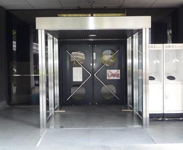 中銀カプセルタワー入口