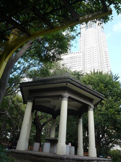 新宿公園東屋と都庁