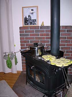 薪ストーブで干しりんご作り