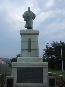 三代芳松翁の銅像