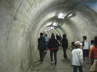 滝までのトンネル