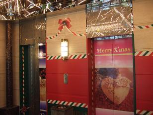エレベーターまでクリスマス