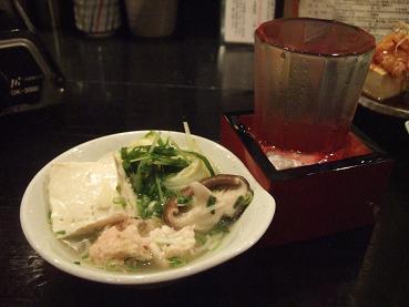 取り分けられた鍋と日本酒