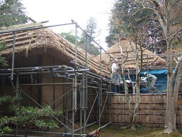 茅葺屋根葺き替え中