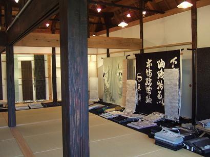 陳列館での結城紬の展示