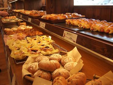 焼きたてのパンが並ぶ店内