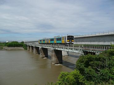 水戸駅と常陸青柳駅を繋ぐ新橋梁と現在の橋梁を走る新車両