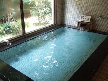 硫黄泉の温泉湯船