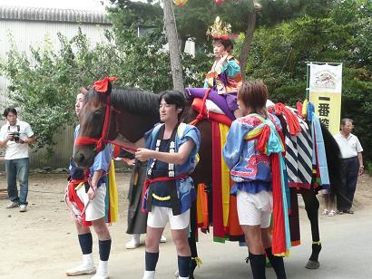 戦いを前にした飾り馬