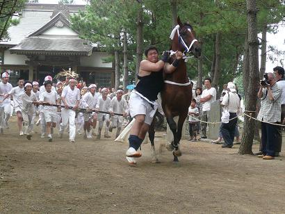 馬を追い払う神輿