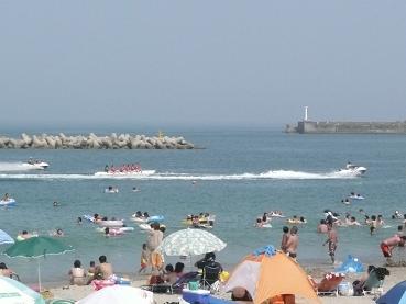 海上でバナナボートやジェットスキーを楽しむ人々
