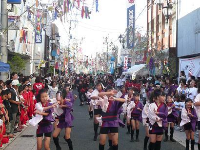 七夕飾りに映える久自楽舞祭