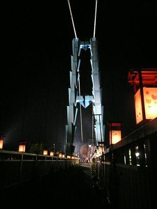 吊橋から入口を望む