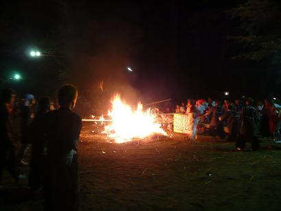 稲荷神社前で銚場の篝が焚かれ、小提灯が奉納されます