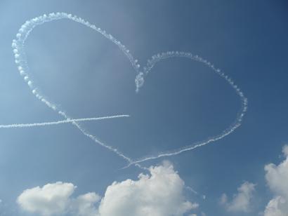 見事に描かれたハートマークの飛行機雲