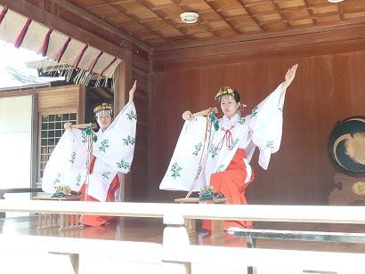 境内神楽殿での浦安の舞