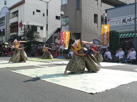 青森県田子町の「田子の杜の芸能」(お盆が手に張り付いたようで、お見事!)