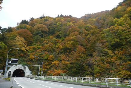 R121の大峠トンネル(4km)入口の紅葉