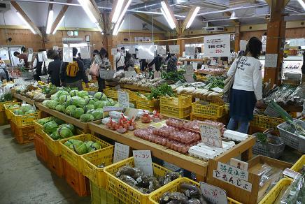 地元の野菜などの販売コーナー