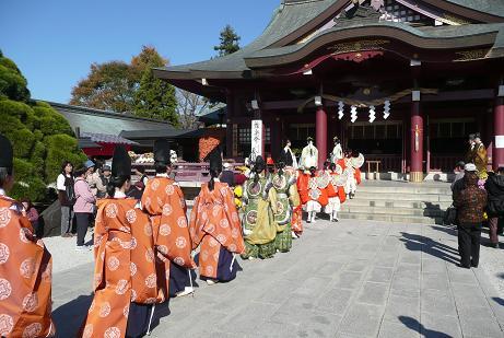拝殿前での舞楽始め奉告祭へ向かう舞人と雅楽の演奏者