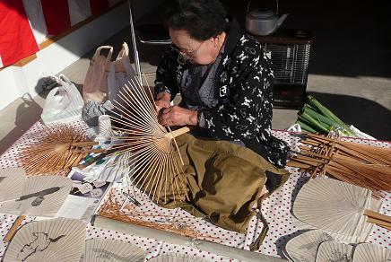 「枡儀団扇店」の伝統芸うちわ作り