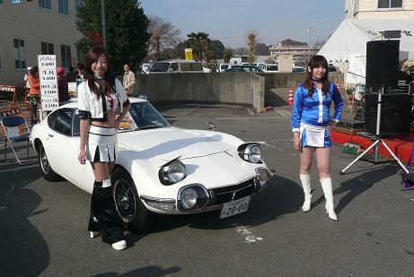 トヨタ2000GTとレースクイーン