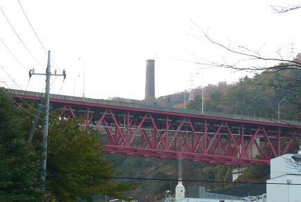 磐道に架かる宮田川橋と大煙突