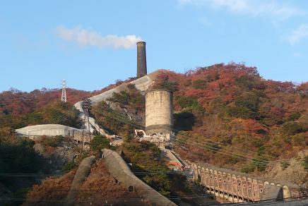 日鉱金属の大煙突と紅葉