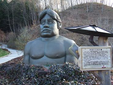 民話の三太の像
