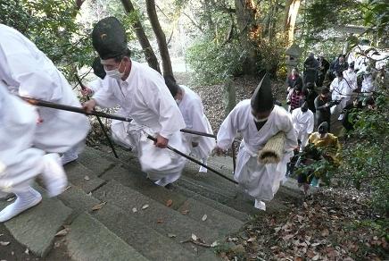 飯綱神社を目指す白装束の天狗