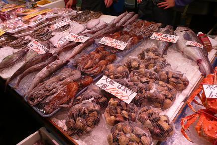 新鮮な地元産の魚介類