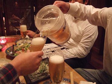ピッチャーによる乾杯の準備