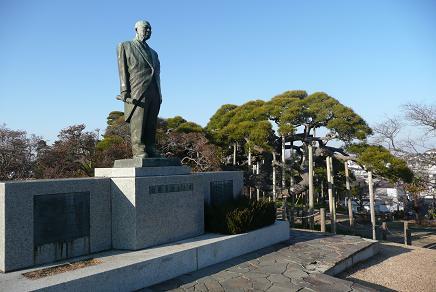 公園内の宮原庄助の像