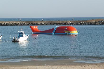 平磯海水浴場に浮かぶ「大ちゃん」