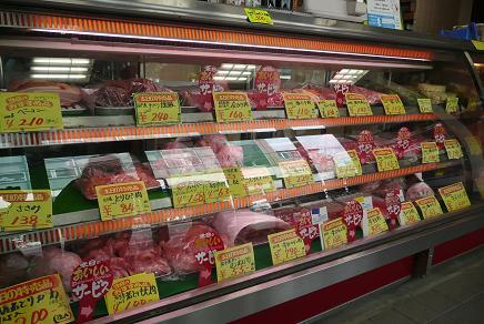 多種の肉が並ぶ店内