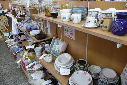 格安な多くの陶器やグラスも並びます。