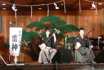 津軽三味線の演奏(右が茨城出身の全国優勝者、左が準優勝者