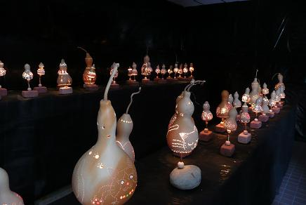 幻想的な光を放すひょうたんランプ