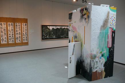 茨大 絵画「ハコ」(右)・筑波大 書「黄 翠菊」(左)