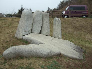 手形の石像