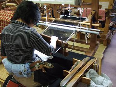2階での機織り作業