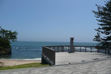 海岸沿いの木製デッキ