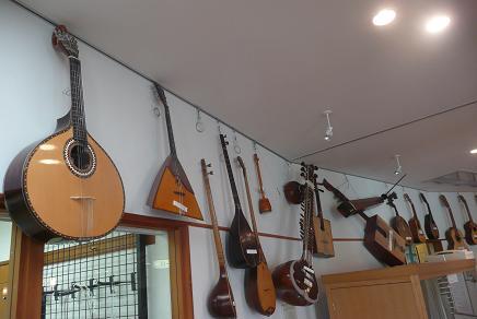 世界の色々なギターの展示