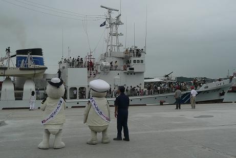 帰港を迎えるキャラクターと海上保安庁の巡視船
