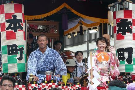 パレード最後尾の山車に乗る俳優の高橋由美子さん・真木蔵人さん