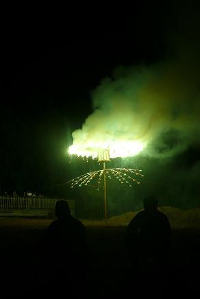 八つ口に移った火は、四方八方に飛び散ります