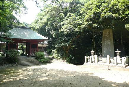長禅寺仁王門と忠魂碑